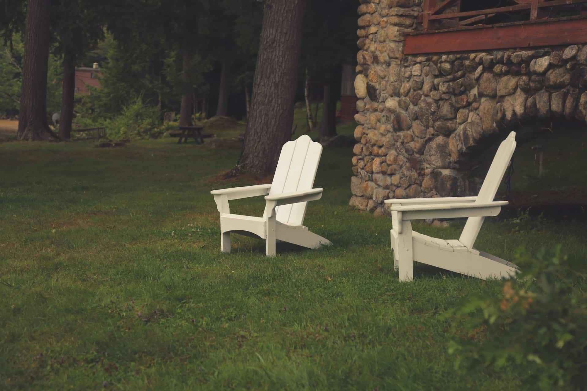 chaise d'extérieur dans un jardin